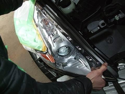 加工ヘッドライト品 プロショップならではの、国家整備士・車体整備士のよる、安心のお取り付け作業1