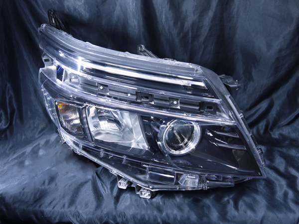 トヨタ ZZR80系 ヴォクシー 前期 純正LEDロービーム車用 純正ドレスアップヘッドライト LEDイカリング&高輝度白色LED12発増設&Hi部間接照明&純正ラインLEDポジション 白色LED打替えトヨタ ZZR80系 ヴォクシー 前期 純正LEDロービーム車用 純正ドレスアップヘッドライト LEDイカリング&高輝度白色LED12発増設&Hi部間接照明&純正ラインLEDポジション 白色LED打替え